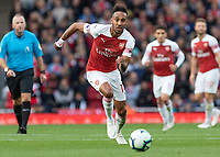 Football - 2018 / 2019 Premier League - Arsenal vs. Everton<br /> <br /> Pierre-Emerick Aubameyang (Arsenal FC) races to the loose ball at The Emirates.<br /> <br /> COLORSPORT/DANIEL BEARHAM