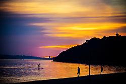 Stand up paddle no Guaíba em fim de tarde na praia de Ipanema na capital gaúcha. FOTO: Emmanuel Denaui/ Agência Preview
