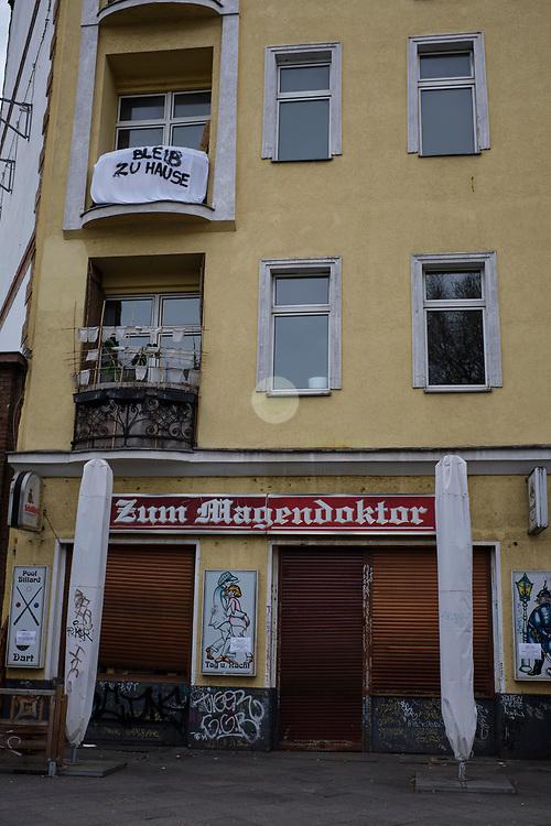 DEUTSCHLAND, Berlin, Wedding, 20.03.2020. Coronavirus-Pandemie: Jemand hat von seinem Balkon aus eine klare Aufforderung an seine Mitmenschen: Bleibt zu Hause. Das sogenannte Social Distancing soll helfen, die Verbreitung des Coronavirus zu vermindern.