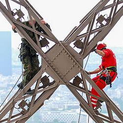 2008/06 Ascension de la Tour Eiffel par le GREP