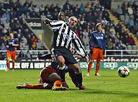 Fotball<br /> UEFA-cup 2004/05<br /> Newcastle v Heerenveen<br /> 24. februar 2005<br /> Foto: Digitalsport<br /> NORWAY ONLY<br /> Newcastle's Stephen Carr (R) feels the pain as Heerenveen's Georgios Samaras (L) clatters into him from behind