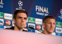 14.05.2013, Allianz Arena, Muenchen, GER, UEFA CL, FC Bayern Muenchen, Medientag, im Bild Links Philipp LAHM (FC Bayern Muenchen), rechts Bastian SCHWEINSTEIGER (FC Bayern Muenchen) // during the open media day of FC Bayern Munich in front of the UEFA Champions League Final 2013 held at the Alianz Arena, Munich, Germany on 2013/05/14. EXPA Pictures © 2013, PhotoCredit: EXPA/ Eibner/ Wolfgang Stuetzle..***** ATTENTION - OUT OF GER *****