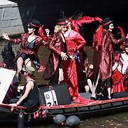 NLD/Amsterdam/20070804 - Gaypride Canalparade 2007, travestietsen op de lellebel boot