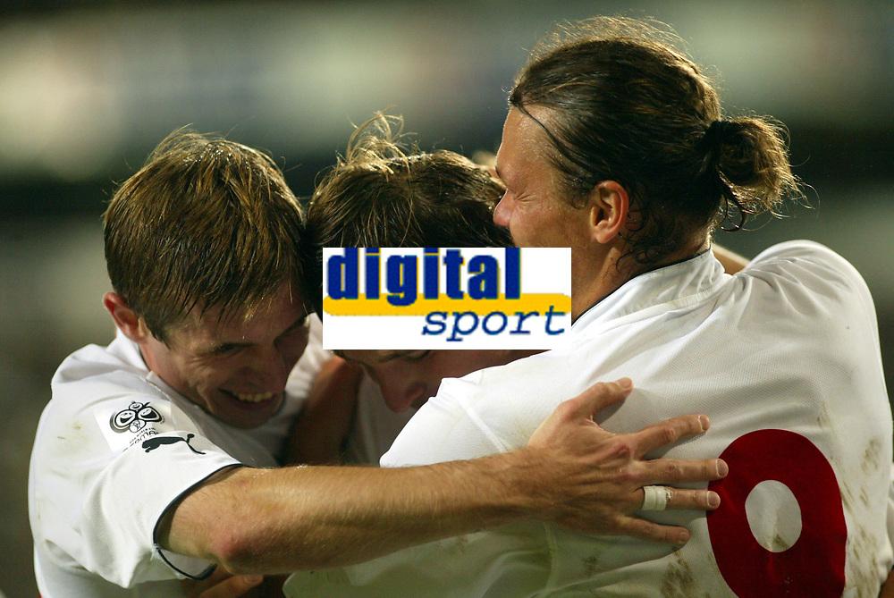 Fotball<br /> VM-kvalifisering<br /> Norge v Hviterussland<br /> Ullevaal stadion<br /> 8. september 2004<br /> Foto: Digitalsport<br /> Hviterusslands målscorer Vitaly Kutuzov (midten) jubler for mål