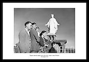 Bilde av pilegrimer som besøker Our Lady's Island, County Wexford, 1954. Dette er en viktig plass.for pilegrimer i katolsk kristendom.
