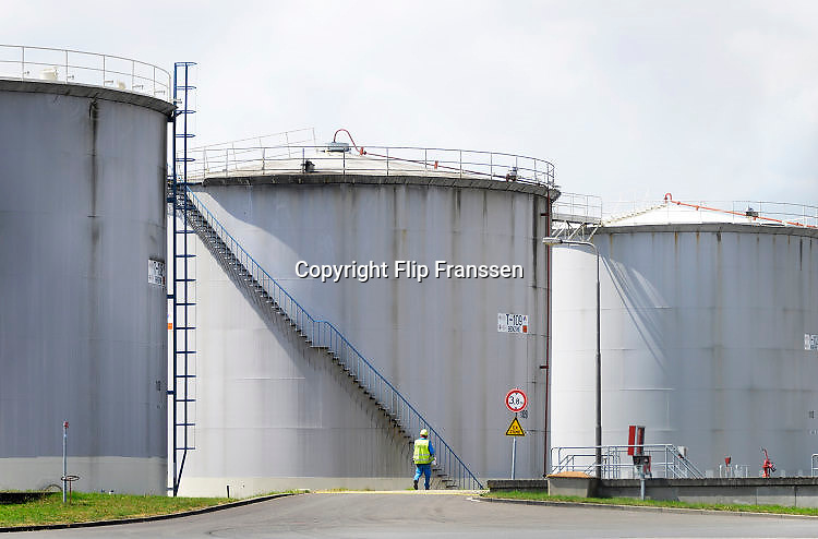 Nederland, Arnhem, 26-7-2017Opslagtanks voor brandstof, benzine en diesel. In de terminal van Shell komen tankwagens van verschillende oliemaatschappijen hun brandstof laden.FOTO: FLIP FRANSSEN