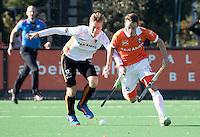 BLOEMENDAAL - HOCKEY - Yannick van der Drift (Bl'daal) met Gijs Merrienboer (Oranje-Rood)   tijdens de competitie hoofdklasse hockeywedstrijd Bloemendaal -ORANJE-ROOD (4-1)  COPYRIGHT KOEN SUYK