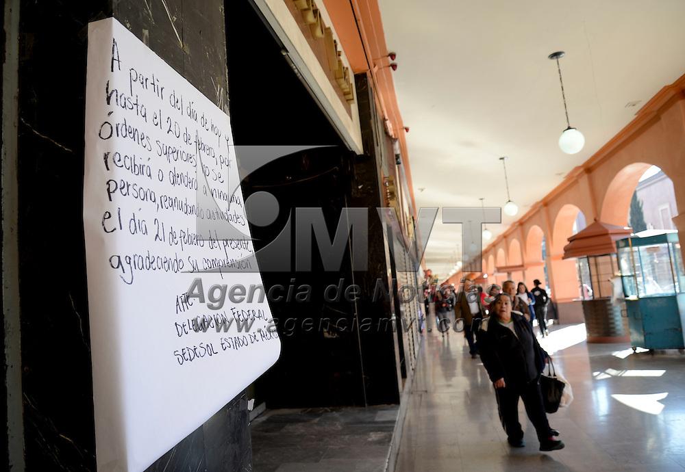 Toluca, México.- La Delegación de SEDESOL en el Estado de México a través de un cartel informo a la población que a partir de este día hasta el 21 de febrero suspenderá la a tención al público, debido a la instrucción de no realizar concentraciones masivas, por seguridad debido a la realización de la Cumbre de Líderes de Norteamérica. Agencia MVT / Crisanta Espinosa