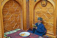Ouzbekistan, Khiva, patrimoine mondial de l UNESCO, homme lisant dans une maison de the // Uzbekistan, Khiva, Unesco World Heritage, man in the tea house