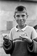 Daniel Hostic (frère jumeau de Daniela Hostic) à 12 ans en 1995 dans la cour de l'orphelinat de Popricani où il a grandi.