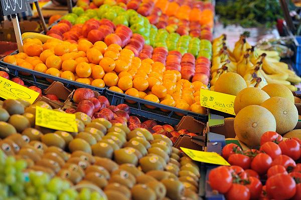 Nederland, Enschede, 10-5-2011Vers fruit in de kraam van een groenteboer op de markt.Foto: Flip Franssen/Hollandse Hoogte