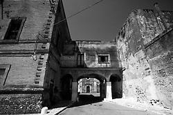In questa foto possiamo vedere l'unico passaggio che unisce le due parti del castello di Lizzano in provincia di Taranto. In realtà il castello, lasciato in stato di abbandono, ha diversi proprietari. In oltre sia la parte sinistra del castello che quella destra ha subito una serie di abusivismi edilizi, tra cui la costruzione di un cinema, passaggi di tubature fognarie ecc.