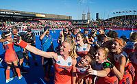 LONDEN - selfie met  Caia Van Maasakker (Ned) , Marloes Keetels (Ned) , Margot Van Geffen (Ned) , Carlien Dirkse van den Heuvel (Ned), Frederique Matla (Ned) , Lauren Stam (Ned)     na  de finale Nederland-Ierland (6-0),  bij  wereldkampioenschap hockey voor vrouwen.   COPYRIGHT  KOEN SUYK