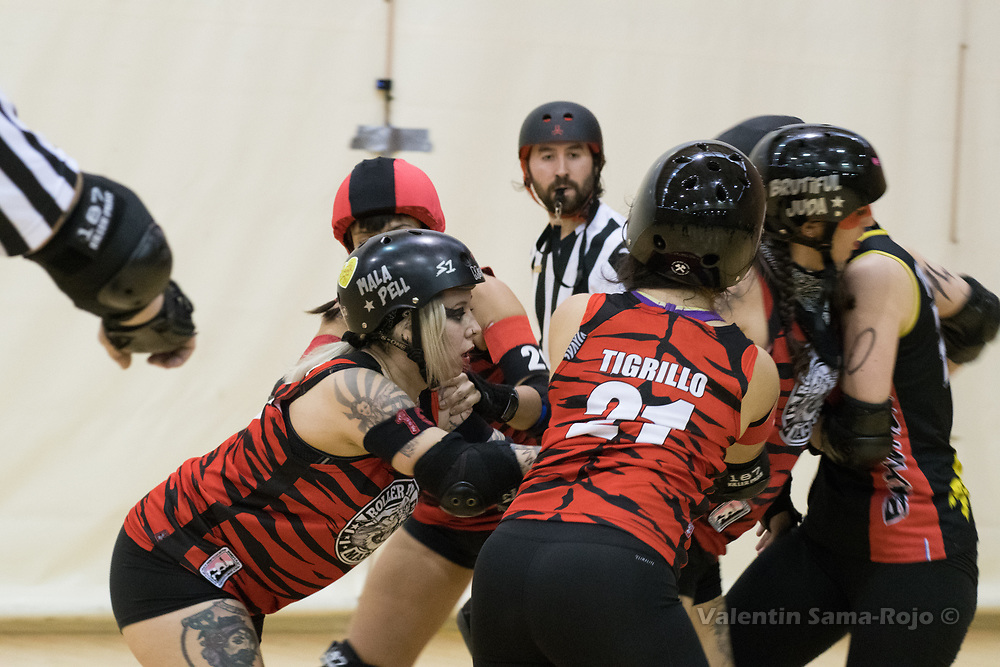 Madrid, Spain. 17th January, 2018. Players of Roller Derby Madrid B blocking the jammer of Baywitch Project Nice Roller Derby during the game held in Madrid. © Valentin Sama-Rojo