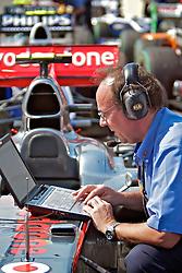 Técnico da equipe Vodafone McLaren Mercedes momentos antes da largada do Grande Prémio do Brasil de Fórmula 1, em Interlagos, São Paulo. FOTO: Jefferson Bernardes/Preview.com
