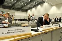 26 JUN 2003, BERLIN/GERMANY:<br /> Dr. Juergen Fedderwitz (R), Vorstandsvorsitzender der Kassenzahlaertlichen Bundesvereinigung, KZBV,  telefoniert vor Sitzungsbeginn, Oeffentliche Anhoerung des Bundestagsausschusses fuer Gesundheit und Soziale Sicherung, SPD Fraktionssaal, Deutscher Bundestag<br /> IMAGE: 20030626-01-004<br /> KEYWORDS: Öffentliche Anhörung, Sitzung, Lobbyist