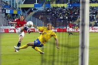 Fotball, 8. juni 2005, Privatkamp, Sverige - Norge 2-3, Thorstein Helstad, Norge scorer her på et skudd som passerer Daniel Majstorovic, Sverige