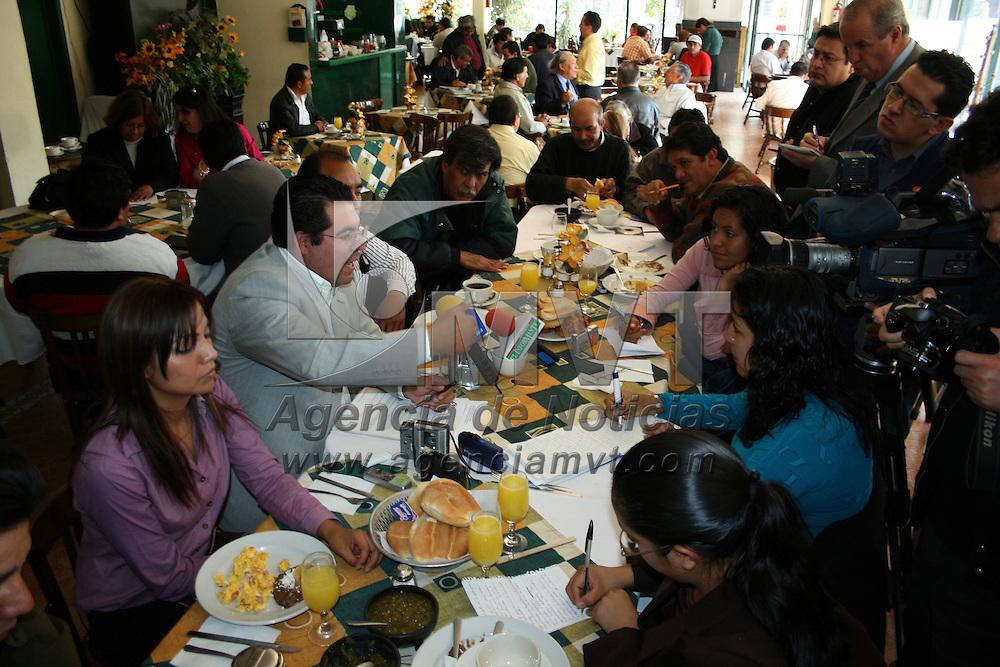 Toluca, Mex.- Sergio Guadarrama, noveno regidor del ayuntamiento de Zinacantepec, presentó una solicitud formal al Consejo de la Judicatura del Poder Judicial del Estado de México para que revise la sentencia dictada por la juez tercera de lo penal con sede en Almoloya de Juárez, con la que se liberó de prisión al ex alcalde de esa localidad, Leonardo Bravo Hernández. <br /> <br /> Agencia MVT / David Morales. (DIGITAL)<br /> <br /> <br /> <br /> NO ARCHIVAR - NO ARCHIVE