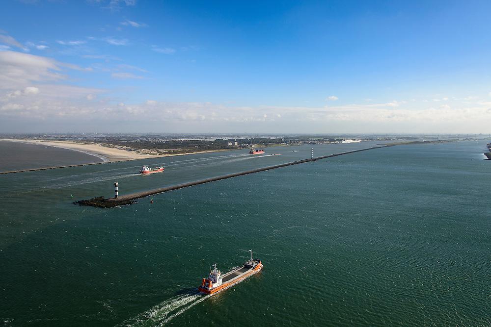 Nederland, Zuid-Holland, Rotterdam, 23-10-2013; schip vaart naar de ingang van het Calandkanaal. Aan de andere kant van de Splitsingsdam de ingang tot de haven van Rotterdam, de Nieuwe Waterweg. In de achtergrond de kust bij Hoek van Holland.<br /> A ship enters the Port of Rotterdam via the Nieuwe Waterweg. In the back coast near Hoek van Holland (l).<br /> luchtfoto (toeslag op standard tarieven);<br /> aerial photo (additional fee required);<br /> copyright foto/photo Siebe Swart