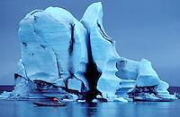 Islande, Glacier Vatnajokull, Iceberg dans le lagon de Jokulsarlon // Iceland, Vatnajokull glacier, Iceberg at Jokulsarlon