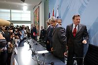 18 AUG 2002, BERLIN/GERMANY:<br /> Mikulas Dzurinda, Ministerpraesident Slowakei,  Romano Prodi (halb verdeckt), Praesident der EU-Kommission, und Gerhard Schroeder, SPD, Bundeskanzler, (v.L.n.R.), am Ende der Pressekonferenz zu den Ergebnissen des Gipfels zur Koordination der Hilfen fuer die Opfer der Flutkatastrophe, Infosaal, Bundeskanzleramt<br /> IMAGE: 20020818-01-038<br /> KEYWORDS: Gerhard Schröder, Konferenz, Hochwasserhilfe, Fotografen, Journalisten