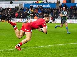Alex Lewington of Saracens scores his sides first try<br /> <br /> Photographer Simon King/Replay Images<br /> <br /> European Rugby Champions Cup Round 5 - Ospreys v Saracens - Saturday 11th January 2020 - Liberty Stadium - Swansea<br /> <br /> World Copyright © Replay Images . All rights reserved. info@replayimages.co.uk - http://replayimages.co.uk