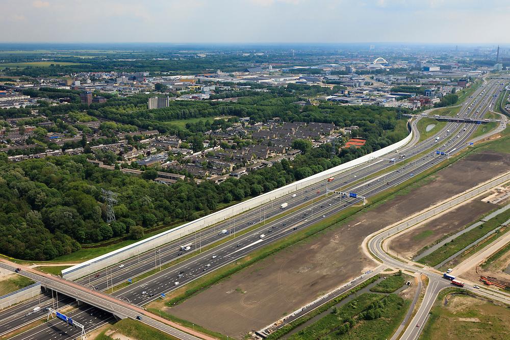 Nederland, Utrecht, Maarssen, 13-05-20011; de nieuwe en verbrede Rijksweg A2 ter hoogte van Maarssen. Links het nieuwe geluidsscherm, van beton en aluminium(architect Alette van Aalst) en Maarssenboek. Op het tweede plan de bedrijventerreinen van Lage Weide, aan de horizon de skyline van Utrecht. The new (widened) highway A2 at near Maarssen. New noise barrier (l), made of concrete and aluminum (architect Alette van Aalst). Second plan the business park of Lage Weide, on the horizon the skyline of Utrecht..luchtfoto (toeslag), aerial photo (additional fee required).foto/photo Siebe Swart