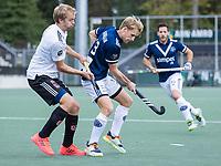 AMSTELVEEN -  Dennis Warmerdam (Pinoke) met Daan Dekker (Amsterdam)     tijdens de      hoofdklasse hockeywedstrijd mannen,  AMSTERDAM-PINOKE (1-3) , die vanwege het heersende coronavirus zonder toeschouwers werd gespeeld. COPYRIGHT KOEN SUYK