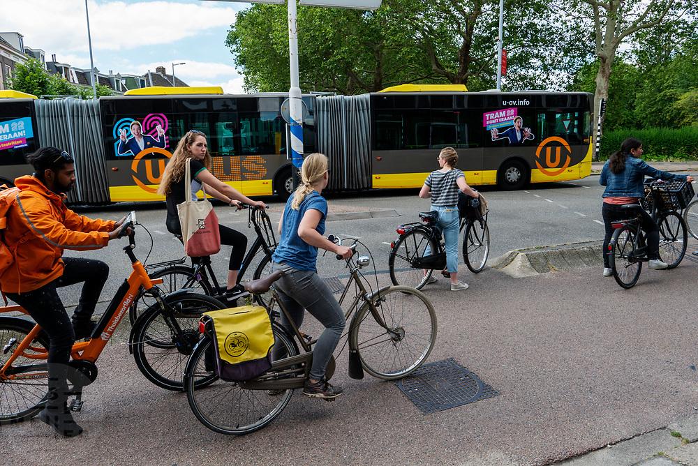 In Utrecht moeten fietsers die moeten wachten voor het verkeerslicht zich onhandig opstellen.<br /> <br /> In Utrecht cyclists waiting for a travel light have to position in a difficult position for other cyclists.
