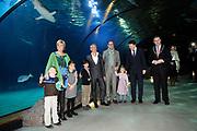 Lancering van het nieuwe (voor)leesboek Mr Finney en de andere kant van het water van Prinses Laurentien en Sieb Posthuma het Oceanium van Diergaarde Blijdorp in Rotterdam. <br /> <br /> Op de Foto:<br /> <br />  (VLNR) Prinses Laurentien en haar kinderen Eloise , Claus-Casimir , Leonore en Sieb Posthuma met echtgenoot Ton Meijer, Prins Constantijn en burgemeester Ahmed Aboutaleb.<br /> <br /> Eloise , Claus-Casimir , Leonore
