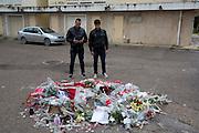 Anonymes se receuillent à l'endroit ou a été assasiné Belaid le 6/02/2013. Tunis, Menzah6, le 9/02/2013.