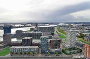Nederland, Rotterdam, 18-10-2019Uitzicht op de rotterdamse haven ter hoogte van de euromast. scheepvaart,scheepvaartverkeer op het water. Langs de oever waar voorheen hijskranen voor stukgoed en opslagloodsen stonden zijn nu moderne woningen, appartementen, gebouwd.Foto: Flip Franssen