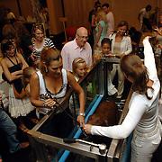 NLD/Amsterdam/20060716 - Opening Cesar Wellness Centre voor honden, Quinty Trustfull en dochter Moise en hond, aquajoggen voor honden