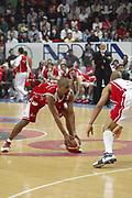 DESCRIZIONE : Varese Lega A1 2005-06 Whirlpool Varese Armani Jeans Olimpia Milano <br /> GIOCATORE : Shumpert <br /> SQUADRA : Armani Jeans Olimpia Milano <br /> EVENTO : Campionato Lega A1 2005-2006 <br /> GARA : Whirlpool Varese Armani Jeans Olimpia Milano <br /> DATA : 06/05/2006 <br /> CATEGORIA : Penetrazione <br /> SPORT : Pallacanestro <br /> AUTORE : Agenzia Ciamillo-Castoria/S.Ceretti