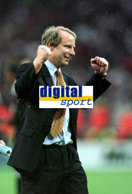 Fotball<br /> EM 1996<br /> Foto: Witters/Digitalsport<br /> NORWAY ONLY<br /> <br /> Berti VOGTS - Fussballtrainer  DFB<br /> Tyskland v Tsjekkia 2-1