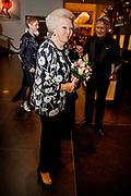Beatrix bij 20e Nederlands Balletgala Dansersfonds '79  in het DeLaMar Theatervoor haar technische dansstijl waarin de jury potentie ziet voor de toekomst. <br /> <br /> Beatrix at 20th Dutch Ballet Gala Dansersfonds '79 in the DeLaMar Theater for her technical dance style in which the jury sees potential for the future.