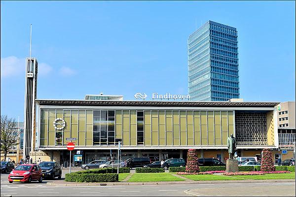 Nederland, Eindhoven, 9-9-2015Het standbeeld van Anton Philips, grondlegger van het bedrijf, elektronicabedrijf, voor het station van de stad Eindhoven. Stadsbeeld, stadslandschap, straatbeeld. Het station heeft de vorm van een transistorradio uit de vijftiger jaren.FOTO: FLIP FRANSSEN/ HOLLANDSE HOOGTE