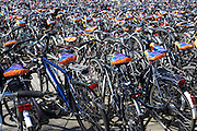 In Arnhem zijn de voor het station geparkeerde fietsen voorzien van een zadelhoesje met reclame.<br /> <br /> In Arnhem parked bicycles at the station get a saddle cover with advertising.