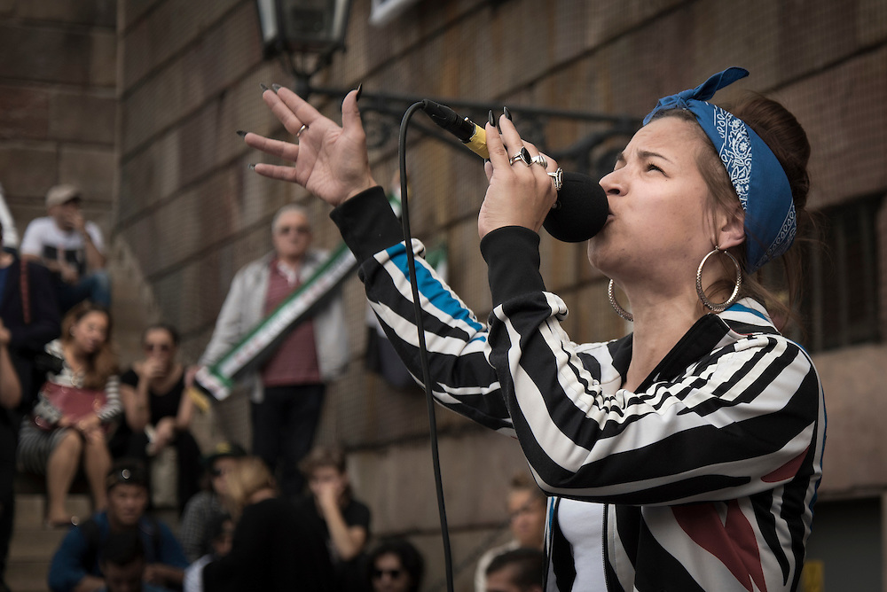 Seluah Alsaati på manifestation på Mynttorget i Stockholm mot försämringar i asyllagen