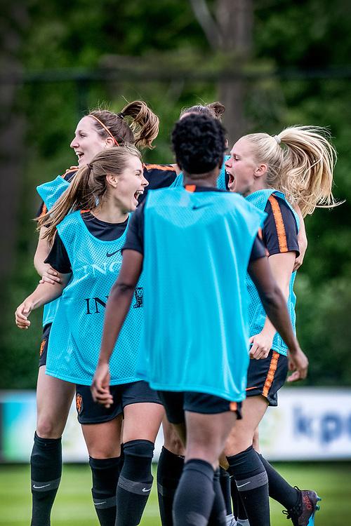 Netherlands. Zeist, 27-05-2019. Photo: Patrick Post. Training Nederlands Dames voetbalelftal. De winnende dames juichen na het winnen van een onderlinge trainingswedstrijd.