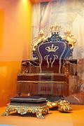 Ingehuldigd! De Oranjes en De Nieuwe Kerk. In de Nieuwe Kerk Amsterdam is een eenmalige tentoonstelling over de koninklijke inhuldigingen. Precies honderd dagen lang staan in de kerk de feestelijke en plechtige inhuldigingen van zeven generaties Oranjes centraal. Van de koningen Willem I, II en III, de koninginnen Wilhelmina, Juliana en Beatrix tot en met koning Willem-Alexander.<br /> <br /> Inaugurated! The Orange and New Church. In the New Church Amsterdam is a one-time exhibition on the royal investitures. Exactly one hundred days in the Church the festive and solemn inaugurations of seven generations of Orange Central. The kings William I, II and III, the queens Wilhelmina, Juliana and Beatrix to King Willem-Alexander.<br /> <br /> Op de foto / On the photo:  Troonzetel gebruikt bij de inhuldiging van koning Willem III en Koningin Wilhelmina / Throne Seat used at the inauguration of King William III and Queen Wilhelmina