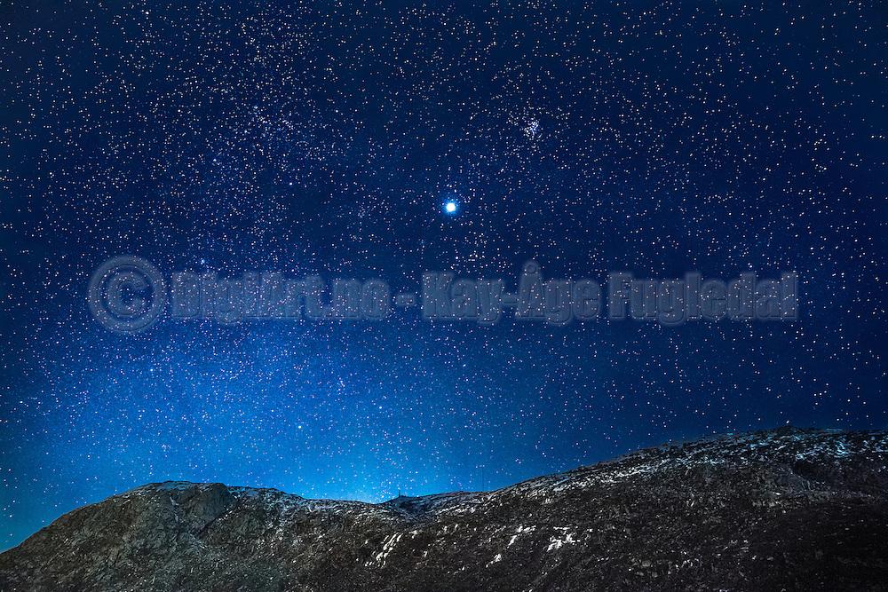 Starlit over Storevarden, Kvalsvik, Norway. Jupiter in the middle   Stjerneklart over Storevarden i Kvalsvik, Norge. Jupiter i midten.