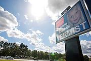 Langs de snelweg bij Hoevelaken wordt met een groot scherm een fictieve vermissing gemeld met Amber Alert. Via beeldschermen in winkelcentra, buurthuizen etc wordt melding gemaakt van het Amber Alert. De dienst is opgezet om de politie te helpen bij het opsporen van vermiste kinderen en wordt alleen in de hoognodige gevallen gebruikt..FICTIEVE MELDING<br /> <br /> An Amber Alert on a screen close to a highway. Fictive alarm!