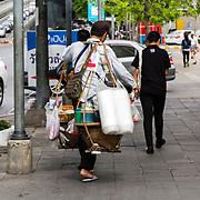THA/Bangkok/201607111 - Vakantie Thailand 2016 Bangkok, Thaise man draagt een mobiele keuken