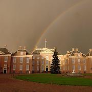 NLD/Apeldoorn/20051216 - Prinses Margriet en schoondochters bezoeken tentoonstelling Bruiden van Het Loo, donkere wolken en regenboog boven paleis Het Loo