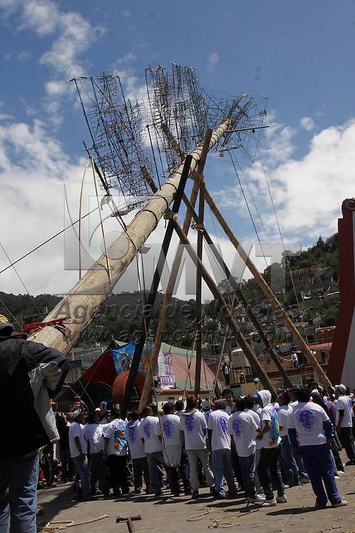 LERMA, Mex.- Como parte de los festejos en honor a San Miguel Arcángel habitantes de San Miguel Ameyalco se dan cita en el atrio de la iglesia principal para levantar dos troncos de aproximadamente 35 metros de altura en los cuales se monta parte de la castillería que se quema en honor a su santo patrono, dos grupos de hombres de  más de 100 integrantes trabajan por mas 5 horas para poder poner en pie los troncos,  y proseguir con los festejos en los cuales la música y danza también están presentes. Agencia MVT / Crisanta Espinosa. (DIGITAL)<br /> <br /> NO ARCHIVAR - NO ARCHIVE