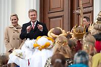 06 JAN 2012, BERLIN/GERMANY:<br /> Christian Wulff (2.v.L), Bundespraesident, und Bettina Wulff (L), Gattin des Bundespraesidenten, vor der Tuere des Schlosses, waehrend dem Sternsingerempfang der 54. Aktion Dreikoenigssingen 2012, Schloss Bellevue<br /> IMAGE: 20120106-01-022<br /> KEYWORDS: Sternsinger, Heilige drei Könige, Heilige drei Koenige, Dreikönigssingen, Ehefrau, Politikerfrau,