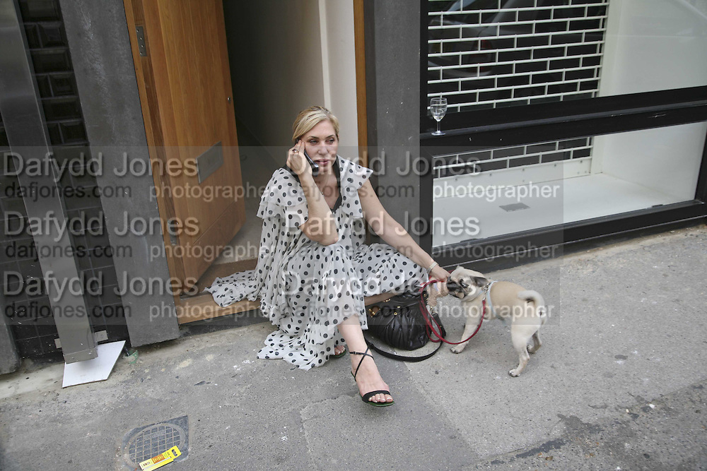 BRIX SMITH-START AND HER PUG 'PIXIE', Jason Shulman private view. Madder Rose. Whitecross St. London. 6 September 2006. ONE TIME USE ONLY - DO NOT ARCHIVE  © Copyright Photograph by Dafydd Jones 66 Stockwell Park Rd. London SW9 0DA Tel 020 7733 0108 www.dafjones.com