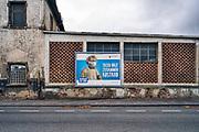 Duitsland, Trier, 27-9-2020 Een groot billboard, reclameposter, affiche, met de dringende oproep van de overheid, regering, een mondmasker tegen de verspreiding van het coronavirus te dragen. In Duitsland hanteert de overheid een strenger mondkapjesbeleid als in Nederland . Foto: ANP/ Hollandse Hoogte/ Flip Franssen