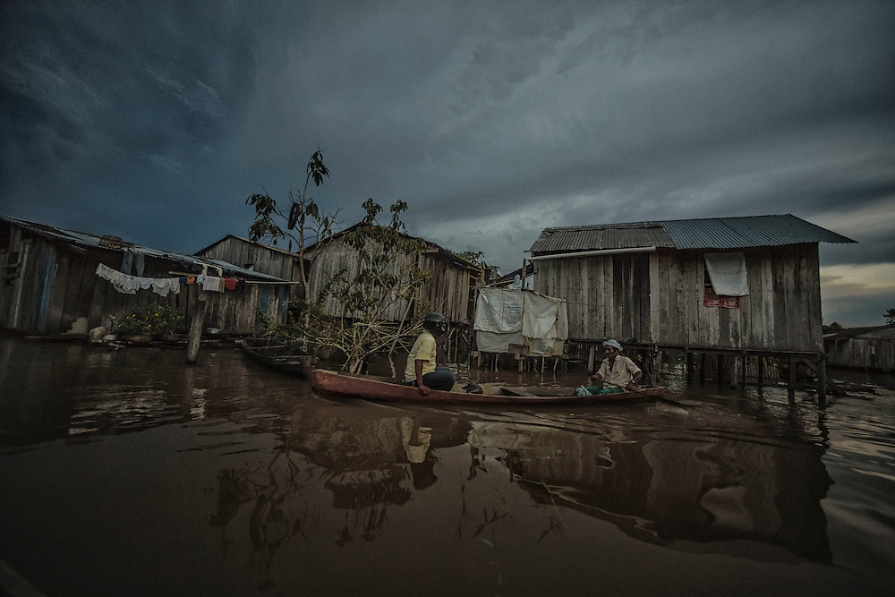 Colombie, Amazonas, Leticia. <br /> <br /> La ville aux trois frontières : Bresil, Perou et Colombie. Taxi pirogue.